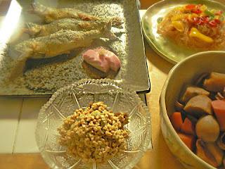 夕食の献立 アユ塩焼き 里芋とイカの煮物 春雨炒め物 ミョウガ納豆