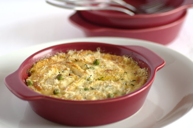 Gratin di patate con asparagi, piselli e prosciutto cotto