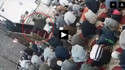 عاجل بالفيديو| مواطن يصعد للمنبر ويعتدي على إمام مسجد بسيدي بشر بالإسكندرية بالحزام وسط ذهول المصلين.. وأول تحرك من الأوقاف