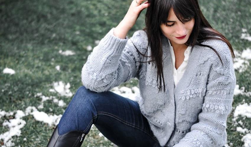 Szary sweter bonprix - uniwersalny pomysł na codzienną stylizacje
