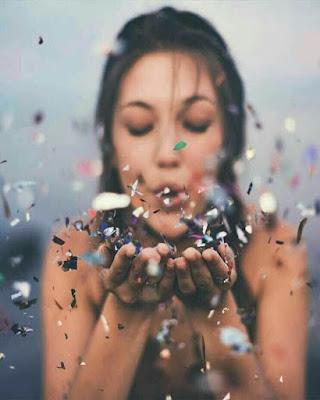 foto tumblr soplando confeti