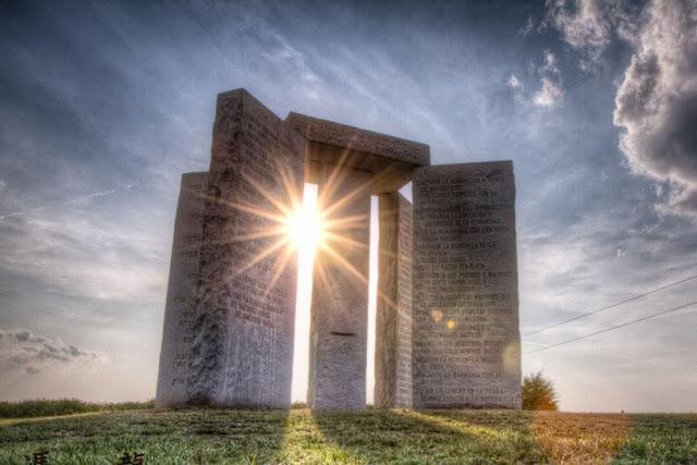 Fotografia das Pedras Guias da Georgia, ou Georgia Guidestones, um monumento contendo inscrições em 8 idiomas e 10 frases com mandamentos que alguns dizem ser referentes à uma nova ordem mundial.