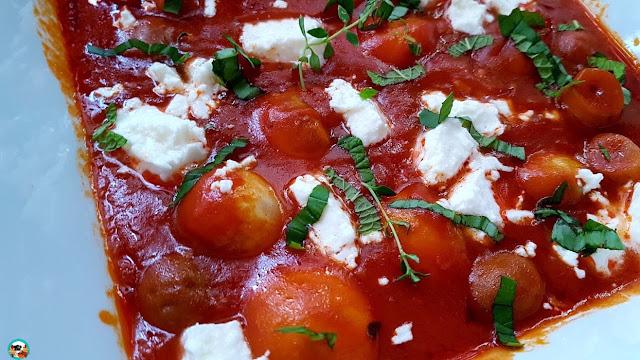 Champiñones con salsa de tomate y queso feta