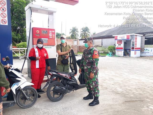 Dengan Cara Komsos Personel Jajaran Kodim 0208/Asahan Jalin Silaturahmi Dengan Karyawan SPBU Diwilayah Binaan