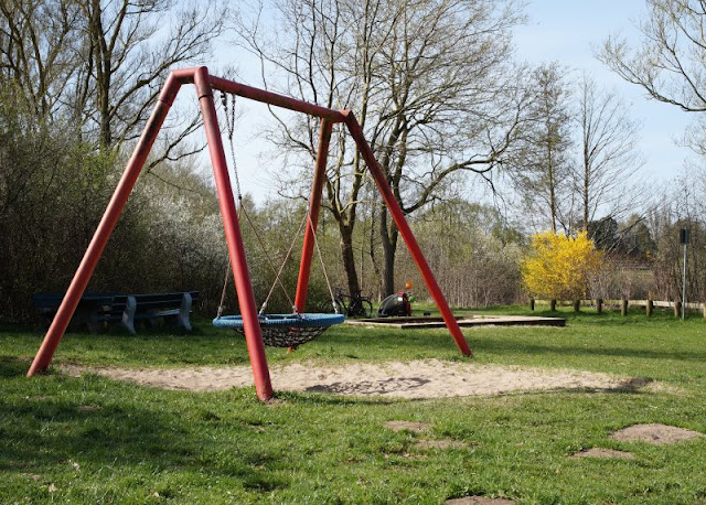Kinder brauchen Abenteuer! Zwei spannende Abenteuer-Spielplätze in der näheren Umgebung von Kiel. Auf dem Robinson-Spielplatz in Preetz gibt es eine Nestschaukel, in die Kinder und Eltern auch zusammen passen.