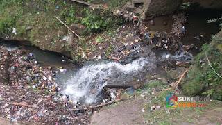 Aliran air Sungai Cibeureum tehalang oleh sampah
