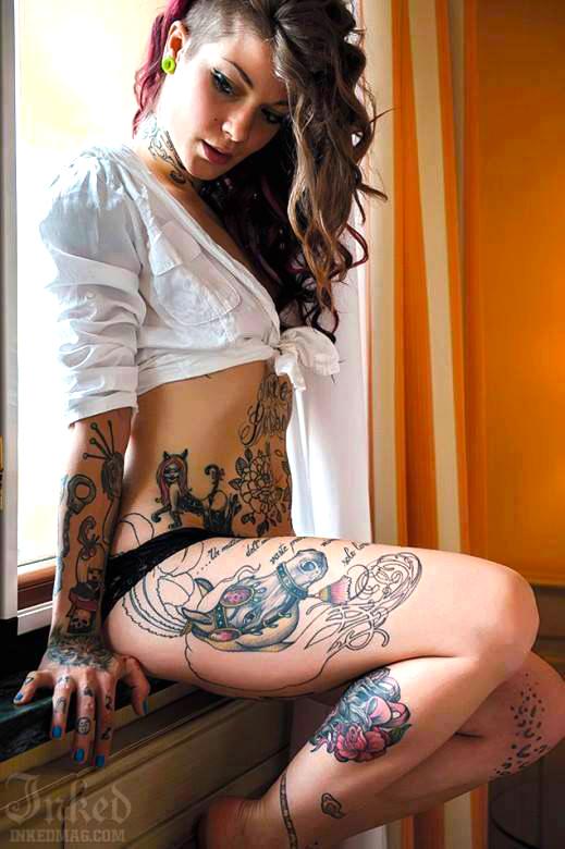 modelo muy guapa sentada en ventna con tatuajes en las piernas de caballo y rubies