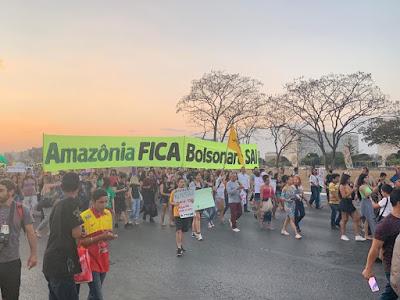 Em defesa da Amazônia, manifestantes ocupam Esplanada