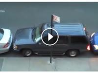 Percaya Atau Tidak Mobil Ini Bisa Keluar Parkir Meski Terhimpit. Ini Videonya !!