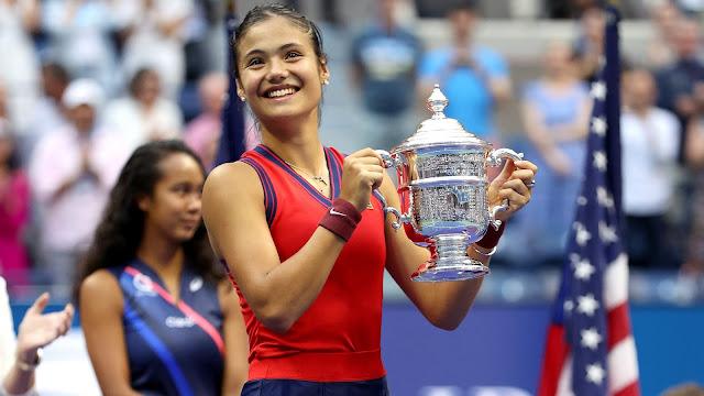Emma Raducanu com o troféu do US Open