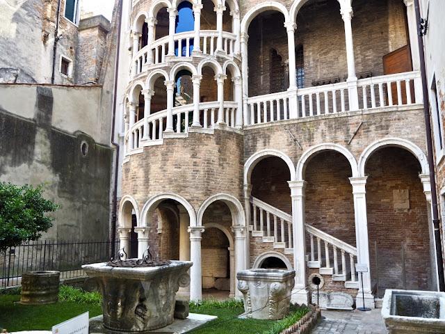 Scala Contarini del Bovolo - ukrytá místa Benátek - výhled na Benátky