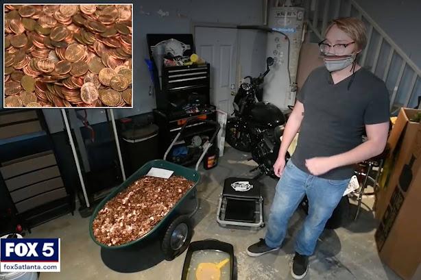 Hombre recibe salario en monedas de un centavo de dólar