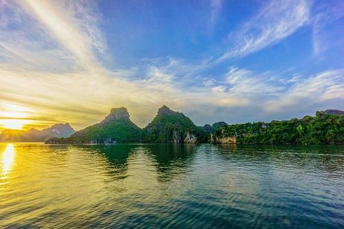 Vịnh Hạ Long được xem là một trong những vịnh đẹp nhất Việt Nam