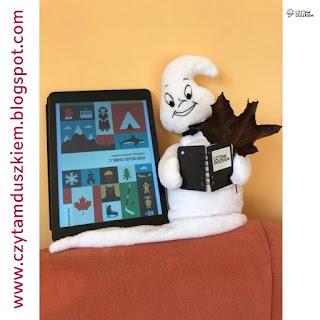 """Elektroniczny czytnik książek wyświetla okładkę książki Joanny Gierak-Onoszko pt. """"27 śmierci Toby'ego Obeda"""", obok maskotka """"Czytam duszkiem"""" z liściem klonu."""