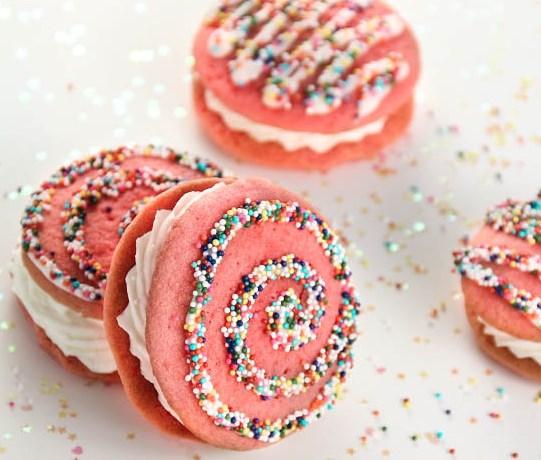 STRAWBERRY MILK WHOOPIE PIES #desserts #cookies