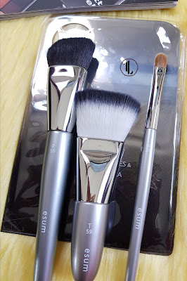 Esum 'P55 Large Angle Contour', 'T59' and 'W21 Small Filbert Shader' brushes - www.modenmakeup.com