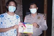 Patroli Malam Dengan Berbekal Pamflet, Polisi Ajak Warganya Untuk Selalu Patuhi Prokes