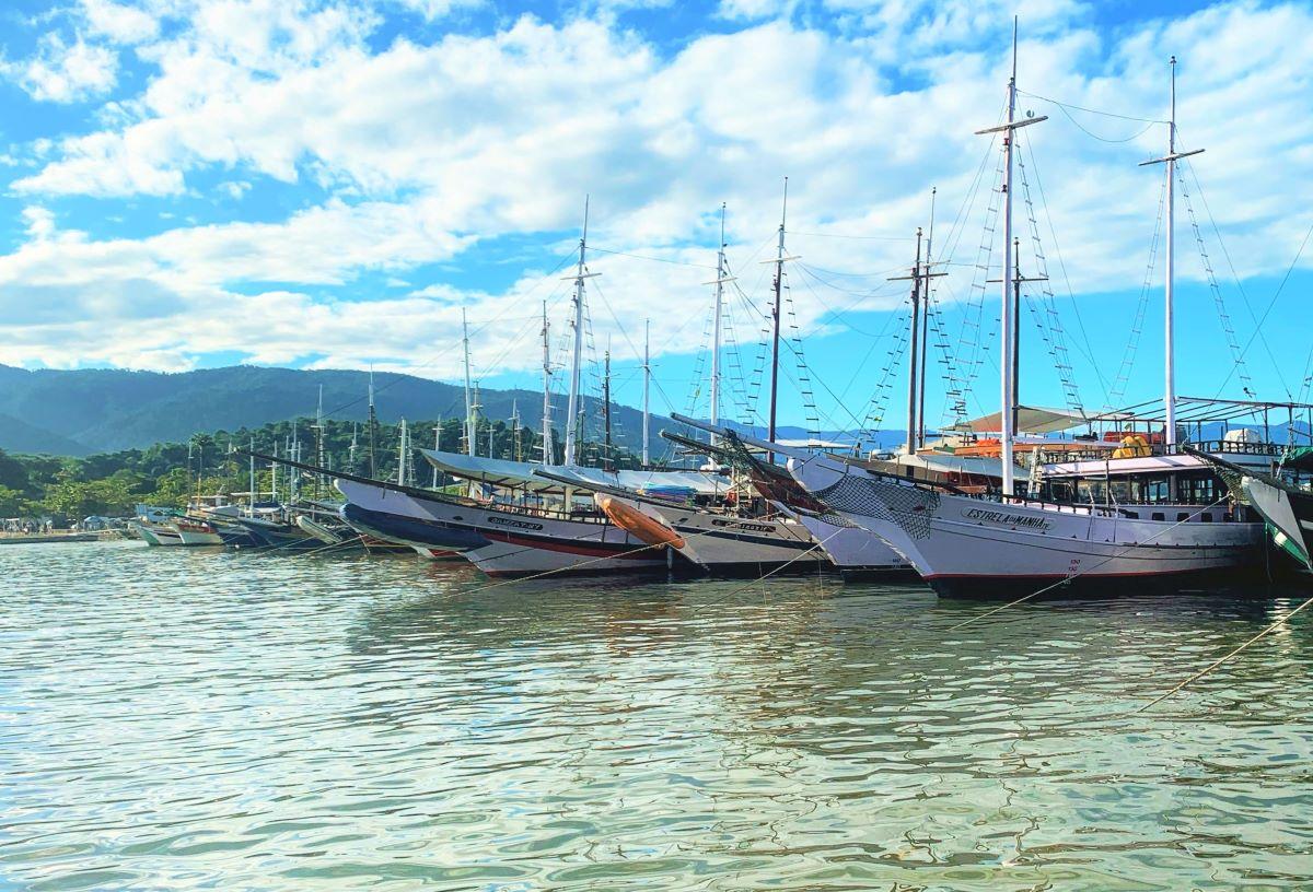 escunas ancoradas em um porto pequeno