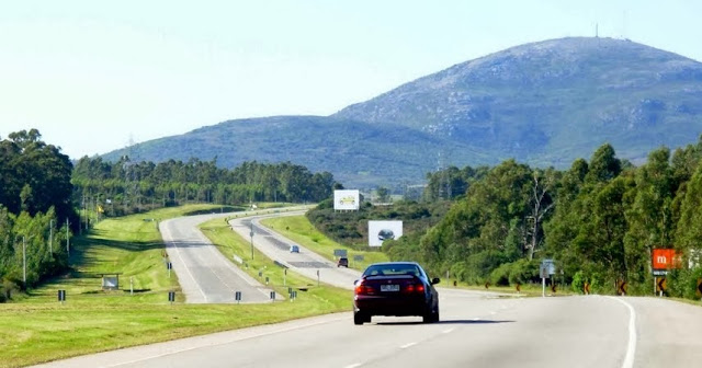 Viagem de carro alugado pelas estradas de Montevidéu