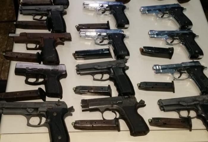Apresan a un hombre con 22 armas de fuego en Santo Domingo