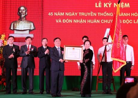 Tập đoàn Công nghiệp Hóa chất vinh dự đón nhận Huân chương Độc lập hạng Nhất do Phó Chủ tịch nước Nguyễn Thị Doan trao tặng. Ảnh: VGP/Nguyên Linh