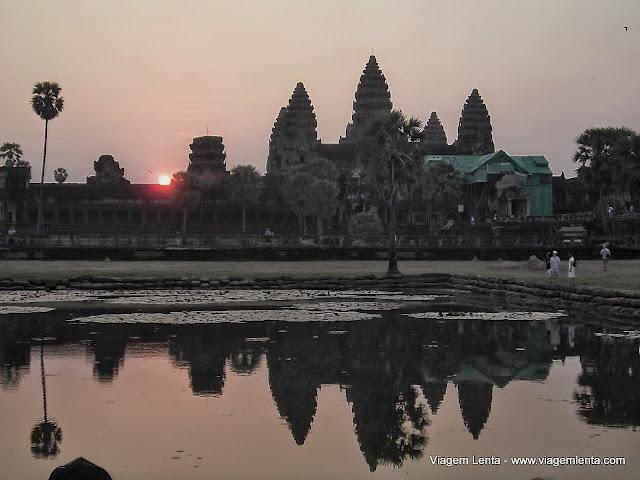 Os templos de Angkor Wat ao amanhecer