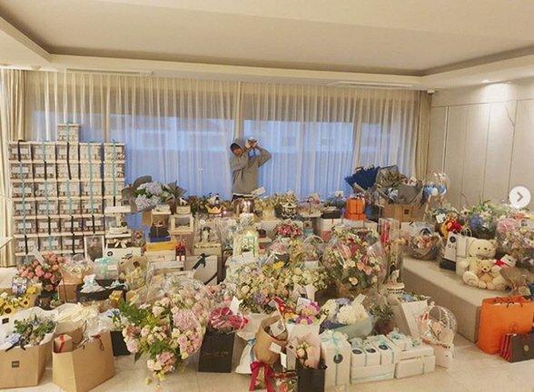 Lee Min Ho doğumgünü hediyeleriyle dolu salonunu gösterdi