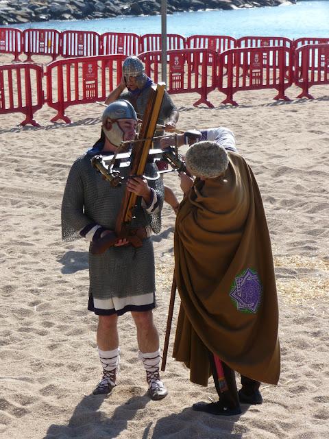 Историческая реконструкция в Бланесе. Римляне проверяют оружие.