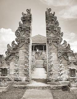 Gapura candi bentar yakni rumah akhlak tradisional Daerah Provinsi Bali  Tempat Wisata Keunikan Sejarah Rumah Adat Gapura Candi Bentar Provinsi Bali