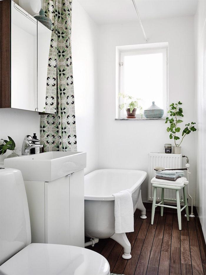 ideas para renovar tu casa-baño con bañera exenta y cortina verde