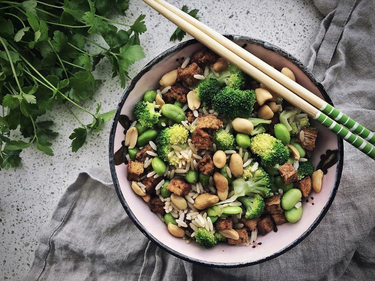 tofu-riisisalaatti