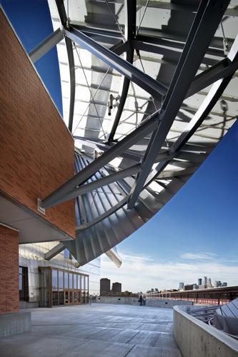 Detalle de los canopies de protección solar de la nueva ampliación del Weisman Art Museum de Minneapolis obra del arquitecto Frank Gehry