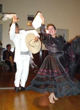 Foto de personas bailando marinera norteña con su vestimenta