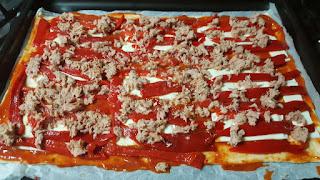 Pizza pimientos rojos, anchoas, atún y queso