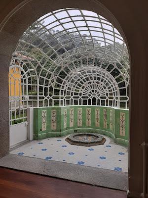 jardim de inverno com azulejos e teto em vidro