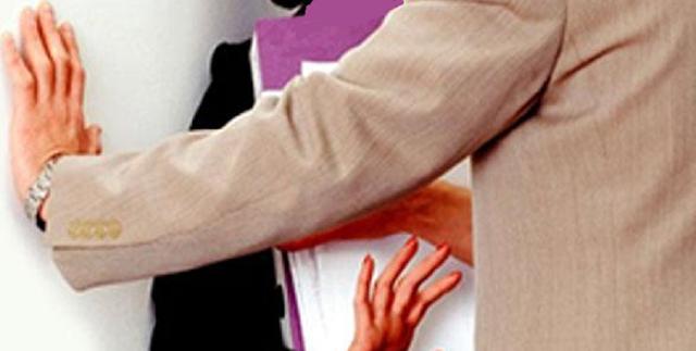 """صور و""""محادثات جنسية"""" تسقط أستاذا جامعيا مرشحا للرئاسة عن هذا الحزب"""