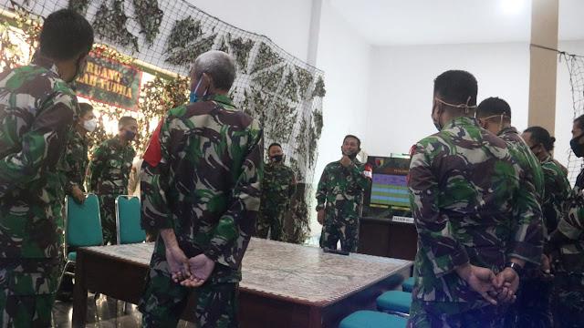 """Jombang - Kodim 014/ Jombang menggelar latihan gladi posko I TA 2020 dengan mengusung tema """" Kodim 0814/Jombang melaksanakan tugas bantuan kepada pemerintah daerah dalam rangka menanggulangi terjadinya bencana alam """" bertempat di aula Pamungkas Kodim 0814 Jombang rabu (17/06/2020).    Gladi posko yang di gelar selama 3 hari dari 17 s/d 19 juni 2020 dan di ikuti oleh 115 peserta terdiri dari 33 pelaku dan 85 penyelenggara ini sebagai upaya untuk menyiapkan kekuatan TNI dalam sebuah proses penanganan bencana alam.  Letkol Inf Triyono selaku Dandim 0814 Jombang memaparkan berbagai langkah terkait penanggulangan bencana .    """" Gladi posko merupakan metode latihan taktis tanpa pasukan yang bertujuan untuk memelihara dan meningkatkan hubungan Komandan dan Staf dalam merencanakan, mempersiapakan dan melaksanakan operasi bantuan menanggulani akibat bencana alam , pengungsian dan pemberian bantuan kemanusiaan,"""" ungkapnya    Gladi posko merupakan suatu kegiatan yang dilaksanakan untuk persiapan satuan dalam menangani musibah di wilayahnya, harus sesuai SOP yang merupakan kumpulan peraturan yang dibuat untuk mempermudah tugas yang kerjakan.  Setelah koordinasi, diterjunkan bantuan TNI kepada pemerintah daerah dalam rangka operasi militer. """" Latihan ini juga untuk menghadapi berbagai bentuk konsidensi pertahanan dan ketahanan wilayah yang timbul akibat bencana alam dan dampak sosial lainnya,"""" papar Letkol Arm Beni Sutrisno menambahkan. Latihan gladi posko disamping bagian proses bertingkat dan berlanjut.    Dilain tempat diwaktu yang sama, tampak para anggota staf Kodim diberikan persoalan- persoalan berupa RIL serta perintah- perintah dari Korem 082/CPYJ. Persoalan- persoalan tersebut harus dikerjakan, dan dilaporkan kepada penyelenggara yang bertindak sebagai Korem 082/CPYJ. Tampak dengan jelas para anggota staf Kodim melaksanakan gladi posko secara firtual dengan Korem 0812 sebagai Posko utama. Mereka mengerjakan tugas ini itu yang diberikan oleh penyelenggara latihan. (Jaya"""