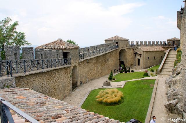 Il cortile interno della Torre Guaita con la Chiesa e la cinta muraria