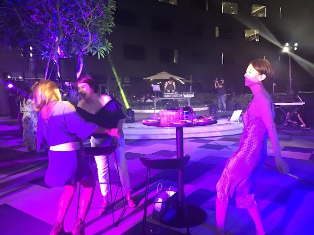 派對賓客跟著音樂開心起舞