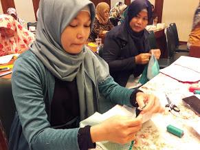 Belajar Membuat Kerajinan Daur Ulang Bersama Alfamart