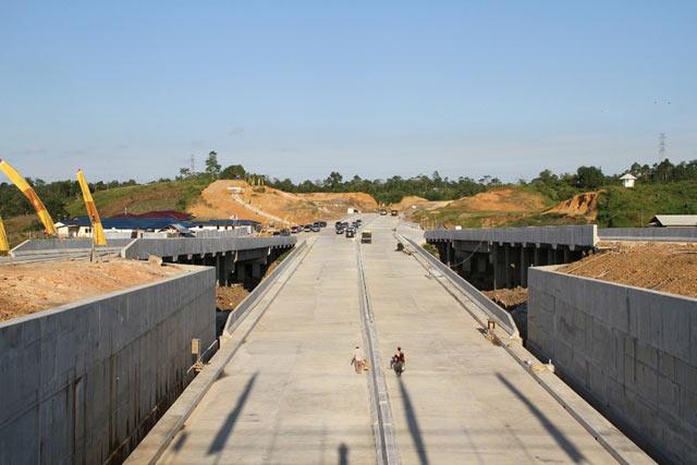 Lama tak terdengar, akhirnya rencana pembangunan jalan tol Banjarbaru-Tanah Bumbu mendapat dukungan DPRD Kalsel.  Alasannya, selain memangkas jarak tempuh, keberadaan jalan tol ini diprediksi bakal memacu pertumbuhan ekonomi di daerah yang terlintasi jalan tol ini.