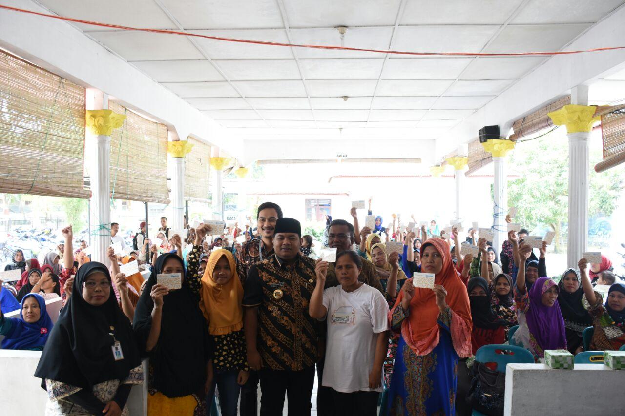 Walikota Tanjungbalai H M Syahrial bersma dengan keluarga penerima PKH