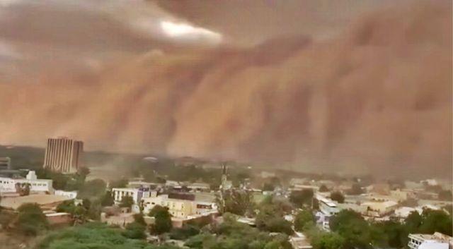 Huge dust cloud sweeps over Niger capital Niamey  Apocalyptic-dust%2B-cloud%2B-%2BNiger