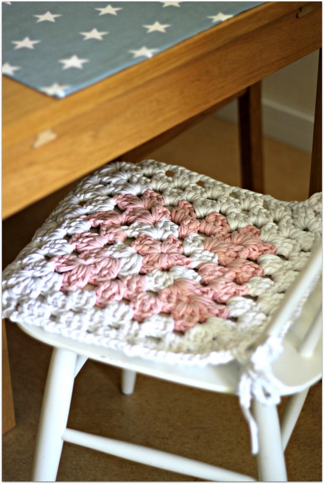 virkattu isoäidinneliö tuolinpäällinen