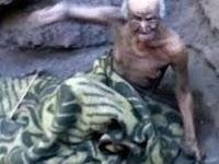 Kakek yang Seumur Hidup Tinggal di 'Liang Lahat' Itu Meninggal