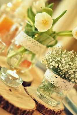 dekoracja w stylu rustykalnym juta koronka i gipsówka