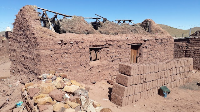 Diese Hütte hat es notwendig ersetzt zu werden. Deshalb werden jetzt im Sommer eifrig Lehmsteine hergestellt.