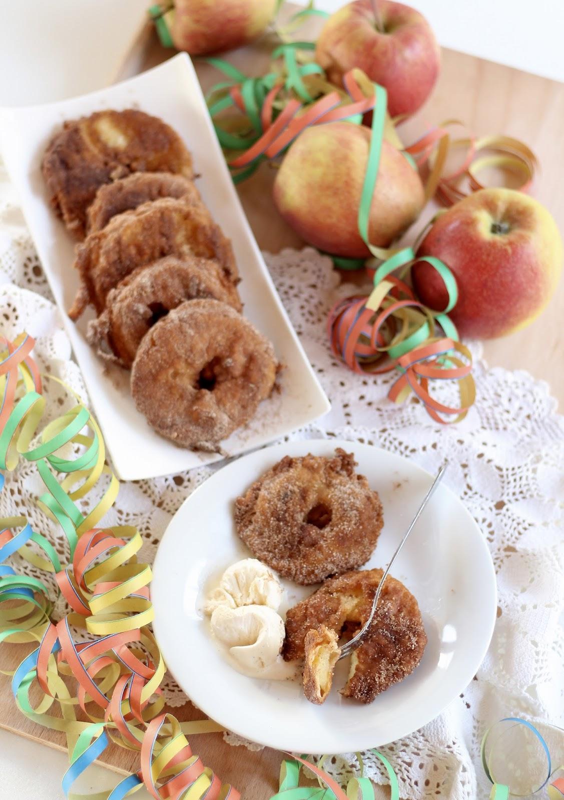 Apfelküchle mit Vanilleeis und mit Zucker und Zimt