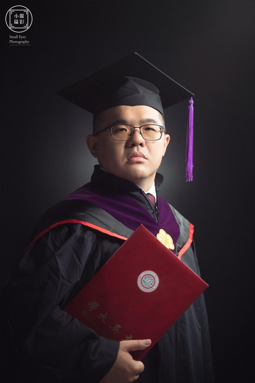 小眼攝影,人像寫真,企業形象,形象拍攝,人像拍攝,肖像,大頭照,東吳大學,大學,碩士,碩班,學士,在職專班,畢業照,深色,黑色,背景,質感,大頭照