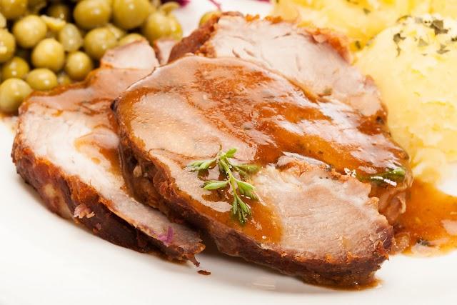Omlós sertéssült gyors barnamártással: így marad igazán szaftos a hús